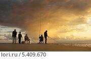 Купить «Рыбаки ловят рыбу с причала на закате», эксклюзивное фото № 5409670, снято 22 сентября 2013 г. (c) Dmitry29 / Фотобанк Лори