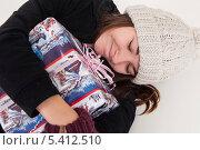 Купить «Долгожданный подарок. Молодая брюнетка со счастливой улыбкой обнимает подарочную коробку», фото № 5412510, снято 31 октября 2013 г. (c) Tamara Sushko / Фотобанк Лори