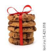 Купить «Стопка домашнего печенья с шоколадной крошкой, перевязанная красной ленточкой, изолированно на белом фоне», фото № 5421018, снято 13 апреля 2011 г. (c) Natalja Stotika / Фотобанк Лори
