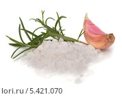 Долька чеснока и горка соли на белом фоне. Стоковое фото, фотограф Natalja Stotika / Фотобанк Лори