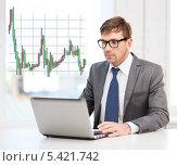 Купить «молодой человек в костюме и очках с ноутбуком на фоне графика Форекс», фото № 5421742, снято 3 октября 2013 г. (c) Syda Productions / Фотобанк Лори