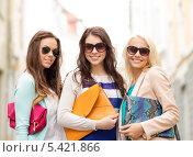 Купить «Три улыбающихся девушки с сумочками в темных очках», фото № 5421866, снято 29 июня 2013 г. (c) Syda Productions / Фотобанк Лори