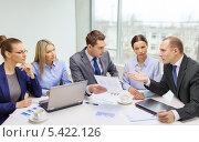 Купить «горячая дискуссия у деловой команды», фото № 5422126, снято 9 ноября 2013 г. (c) Syda Productions / Фотобанк Лори