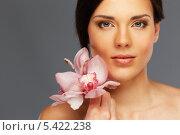 Купить «Темноволосая девушка с короткой стрижкой и цветком на плече», фото № 5422238, снято 16 ноября 2013 г. (c) Andrejs Pidjass / Фотобанк Лори