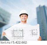 Купить «строитель развернул план здания», фото № 5422662, снято 6 июня 2013 г. (c) Syda Productions / Фотобанк Лори