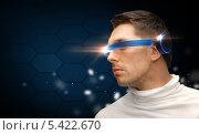 серьезный мужчина в футуристических очках. Стоковое фото, фотограф Syda Productions / Фотобанк Лори