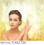 Купить «задумчивая девушка с высокой прической на оливковом фоне», фото № 5422726, снято 17 марта 2013 г. (c) Syda Productions / Фотобанк Лори
