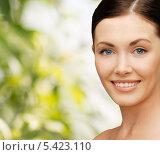 Купить «улыбающаяся девушка на зеленом фоне», фото № 5423110, снято 6 января 2013 г. (c) Syda Productions / Фотобанк Лори