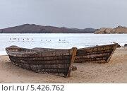 Купить «Байкал. Рыбацкие лодки на берегу бухты Базарной зимой», фото № 5426762, снято 14 декабря 2013 г. (c) Виктория Катьянова / Фотобанк Лори