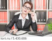 Женщина на работе думает и пишет в блокноте. Стоковое фото, фотограф Darkbird77 / Фотобанк Лори