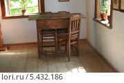 Купить «Стол и стулья», фото № 5432186, снято 18 мая 2013 г. (c) Марина Шатерова / Фотобанк Лори