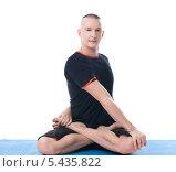 Купить «Мужчина выполняет упражнения йоги», фото № 5435822, снято 15 ноября 2013 г. (c) Гурьянов Андрей / Фотобанк Лори