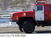 Купить «Пожарный автомобиль спешит на помощь», фото № 5436666, снято 30 января 2012 г. (c) А. А. Пирагис / Фотобанк Лори