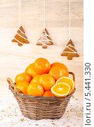 Купить «Корзинка с мандаринами, апельсинами и рождественские пряники», фото № 5441330, снято 30 декабря 2013 г. (c) Лариса Миронец / Фотобанк Лори