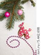 Купить «Пряничная лошадка и ветка новогодней елки», фото № 5442698, снято 30 декабря 2013 г. (c) Юлия Кузнецова / Фотобанк Лори