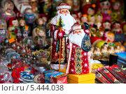 Купить «Сезонных Дедов Морозов на фоне сувениров на Манежной площади города Москвы», фото № 5444038, снято 31 декабря 2013 г. (c) Николай Винокуров / Фотобанк Лори