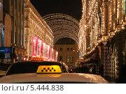 Купить «Такси в ожидании клиентов в Ветошном переулке вечером», эксклюзивное фото № 5444838, снято 14 декабря 2013 г. (c) Алёшина Оксана / Фотобанк Лори