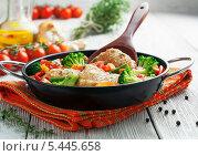 Купить «Жаренная курица с овощами в сковороде», фото № 5445658, снято 31 декабря 2013 г. (c) Надежда Мишкова / Фотобанк Лори