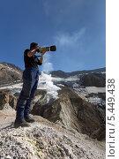 Купить «Турист фотографирует в кратере Мутновского вулкана. Камчатка», фото № 5449438, снято 11 сентября 2013 г. (c) А. А. Пирагис / Фотобанк Лори