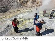 Купить «Туристы фотографируют в кратере Мутновского вулкана. Камчатка», фото № 5449446, снято 11 сентября 2013 г. (c) А. А. Пирагис / Фотобанк Лори
