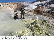 Купить «Туристы фотографируют в кратере Мутновского вулкана. Камчатка», фото № 5449450, снято 11 сентября 2013 г. (c) А. А. Пирагис / Фотобанк Лори