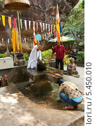 Ритуал окропления водой, Камбоджа (2013 год). Редакционное фото, фотограф Юлия Бабкина / Фотобанк Лори