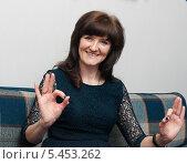 Купить «Весёлая женщина показывает жест руками», эксклюзивное фото № 5453262, снято 31 декабря 2013 г. (c) Игорь Низов / Фотобанк Лори