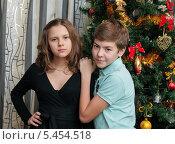 Купить «Мальчик и девочка подростки стоят возле новогодней ёлки», эксклюзивное фото № 5454518, снято 1 января 2014 г. (c) Игорь Низов / Фотобанк Лори