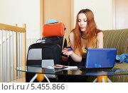 Купить «Женщина покупает билеты или резервирует гостиницу онлайн», фото № 5455866, снято 20 июня 2013 г. (c) Яков Филимонов / Фотобанк Лори