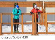 Купить «Пара девушек-биатлонисток», фото № 5457430, снято 17 февраля 2013 г. (c) Анатолий Матвейчук / Фотобанк Лори