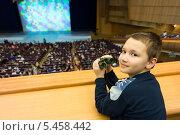 Купить «Мальчик с биноклем собирается смотреть спектакль», фото № 5458442, снято 25 декабря 2013 г. (c) Сергей Лаврентьев / Фотобанк Лори