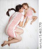 Купить «Маленькая девочка с ее мама играют на кровати», фото № 5463770, снято 31 июля 2009 г. (c) Станислав Фридкин / Фотобанк Лори