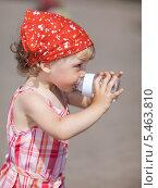 Купить «Девочка пьёт из бутылочки», фото № 5463810, снято 16 июля 2009 г. (c) Станислав Фридкин / Фотобанк Лори