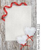 Купить «Два ватных сердца, лента и холст на деревянном фоне», фото № 5466222, снято 15 декабря 2013 г. (c) Darkbird77 / Фотобанк Лори