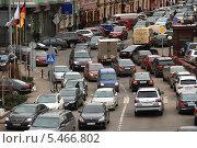 Купить «Плотное движение транспорта на улице Балчуг, Москва», эксклюзивное фото № 5466802, снято 30 марта 2010 г. (c) lana1501 / Фотобанк Лори
