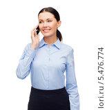 Купить «улыбающаяся деловая девушка разговаривает по мобильному телефону», фото № 5476774, снято 1 декабря 2013 г. (c) Syda Productions / Фотобанк Лори