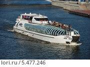 Купить «Плавучая яхта-ресторан Radisson Royal - Каппела (М-14-4095) идет по Москве-реке», эксклюзивное фото № 5477246, снято 6 сентября 2011 г. (c) lana1501 / Фотобанк Лори