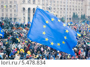 Купить «Флаг Евросоюза на фоне протестующих на Майдане», фото № 5478834, снято 1 декабря 2013 г. (c) Николай Голицынский / Фотобанк Лори