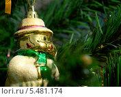 Снеговичок-пухлячок на ёлке (2013 год). Редакционное фото, фотограф Вячеслав Сапрыкин / Фотобанк Лори
