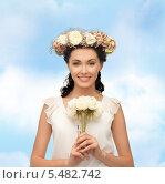 Купить «брюнетка с венком из цветов и букетом», фото № 5482742, снято 2 марта 2013 г. (c) Syda Productions / Фотобанк Лори