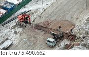 Купить «Заполнение траншеи песком на строительной площадке», видеоролик № 5490662, снято 15 января 2014 г. (c) Кекяляйнен Андрей / Фотобанк Лори