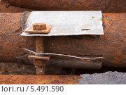 Жестяной хомут на старой ржавой водопроводной трубе. Стоковое фото, фотограф Анатолий Гуреев / Фотобанк Лори