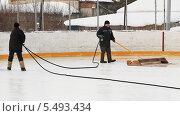 Купить «Заливка хоккейного корта вдвоем», эксклюзивное фото № 5493434, снято 10 февраля 2013 г. (c) Анатолий Матвейчук / Фотобанк Лори