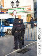 Купить «Сотрудники полиции в центре Москвы», эксклюзивное фото № 5495562, снято 15 января 2014 г. (c) Елена Коромыслова / Фотобанк Лори