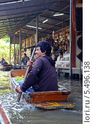 Купить «Плавучий рынок в Паттайе (Pattaya Floating market). Торговец плывет на лодке с товаром», фото № 5496138, снято 29 декабря 2013 г. (c) Григорий Писоцкий / Фотобанк Лори