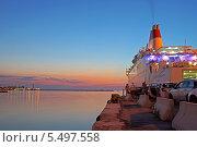 Погрузка на паром Sveti Stefan II в порту города Бари, Италия (2013 год). Редакционное фото, фотограф Евгений Кулагин / Фотобанк Лори