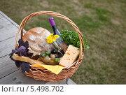 Продукты и вино в корзине для пикника. Стоковое фото, фотограф Виктория Чеканова / Фотобанк Лори