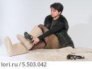 Купить «Женщина выбирает обувь», фото № 5503042, снято 12 декабря 2013 г. (c) Pukhov K / Фотобанк Лори