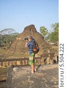 Мужчина фотографирует старинный храм в окрестностях города Си-Санчаналай. Таиланд (2014 год). Редакционное фото, фотограф Виктор Карасев / Фотобанк Лори
