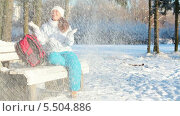 Купить «Девушка радуется неожиданно выпавшему снегу», видеоролик № 5504886, снято 20 января 2014 г. (c) Кекяляйнен Андрей / Фотобанк Лори